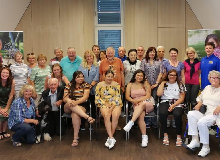 Lakota-Austauschschüler treffen Spender in Frankfurt