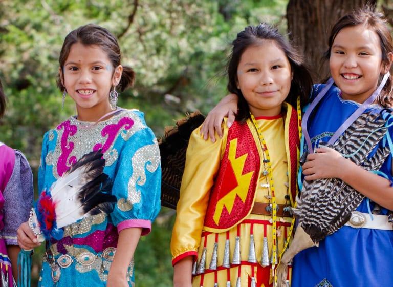 Die Kinder der St. Josefs Indianerschule genießen das Powwow 2020 mit allen Sinnen!